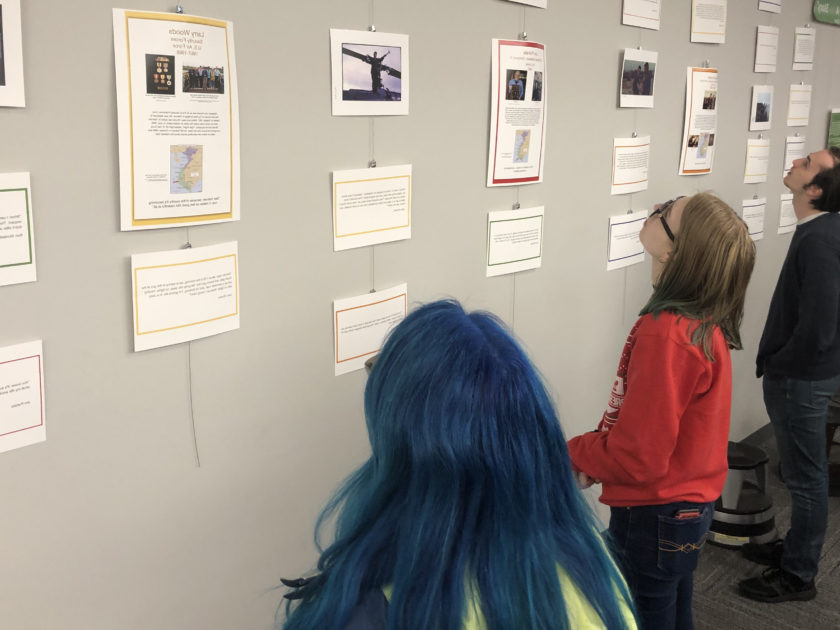 "Students look at the exhibit ""Ever Veteran Has A Story"" based on student interviews with Vietnam Veterans in Clark Family 图书馆."